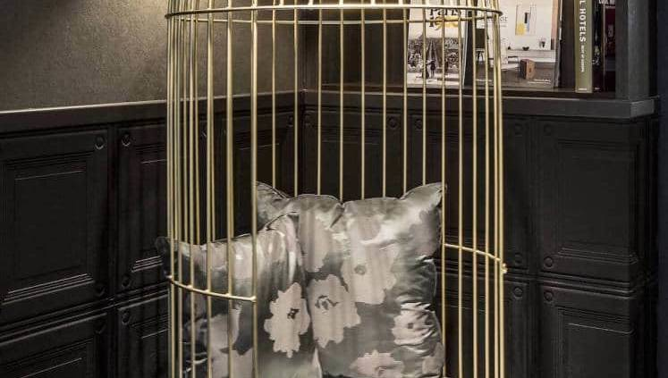 Flambant neuf, le Parisis prend ses assises entre la Tour Eiffel et les Invalides. Il n'est donc pas étonnant de que sa décoration aille dans le sens chic et poétique parisien, matérialisé par la déco et la photographie du métro aérien signés Gilles Trillard. Discrétion, élégance et décoration contemporaine : le fil conducteur de l'architecte d'intérieur Pascale Douillard, dans le prisme d'une inspiration Art Déco. Photographe Gilles Trillard.