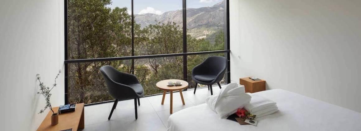 En septembre 2015, le pari fou d'une nouvelle chaîne hôtelière, imaginée et gérée par un collectif d'architectes, autour de 25 suites indépendantes et sensationnelles. Nul besoin d'artifices, le cadre et l'architecture suffisent. Photographe Jabali Studio.