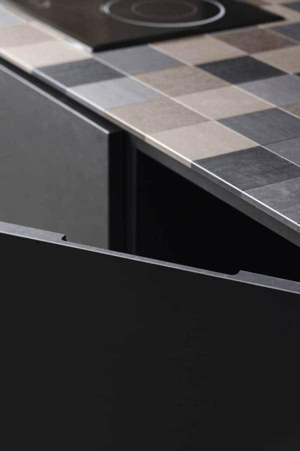 Ici, le projet surprenant d'Alessio Bassan pour Key Cucine utilise un matériau fabriqué à partir de papier recyclé écologique, le PaperStone, d'où son nom ECO. L'originalité se matérialise par une conception en damier qui vient avec légèreté et finesse ceinturer l'îlot central. Le rendu visuel crée du relief et casse les codes monolithiques de l'îlot. Modèle ECO. ©Key Cucine