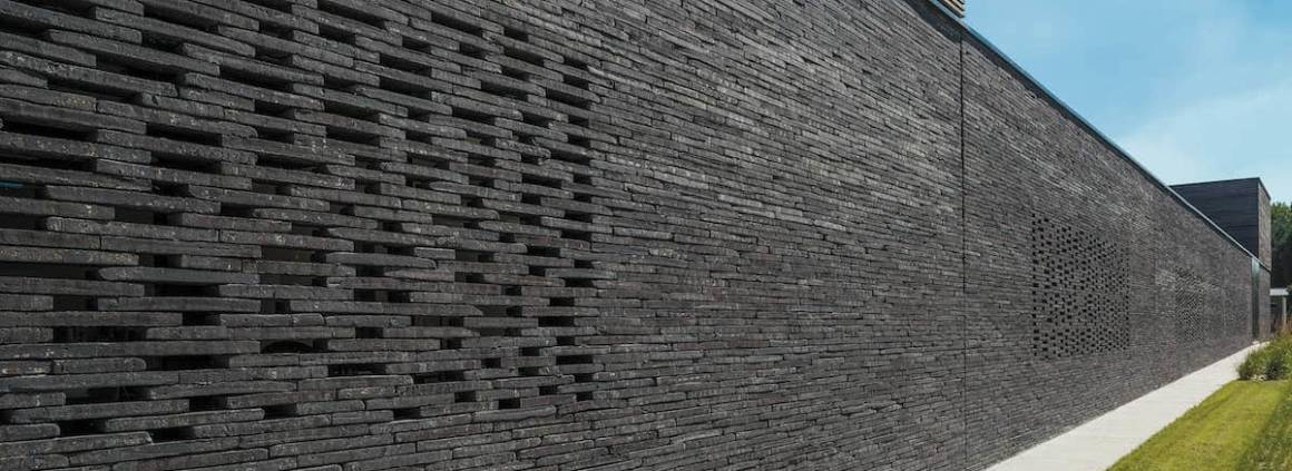 Ajourée, la brique crée une nouvelle rythmique, laissant libre cours à l'imagination des architectes. La solution Terca, proposée par le leader Wienerberger, tend vers des briques longues et émaillées avec un jeu de brillance et de couleurs vibrantes. Les briques grandes longueurs se déclinent en cinq gammes, avec des dimensions allant jusqu'à 240 mm et des plaquettes jusqu'à 290 mm, tandis que les émaillées se distinguent avec 43 coloris et toutes les couleurs RAL personnalisables. ©Wienerberger