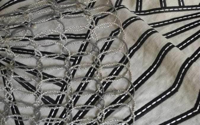 Modèle Prism, broderie noire rehaussée par une piqûre sellier blanche sur une toile en lin naturel et viscose. Modèle Rope, cordage naturel composé d'un fil de jute aléatoirement guipé, en jute, coton, acrylique et polyester.