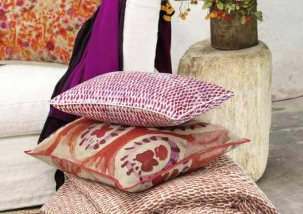 Collection d'accessoires présentant les modèles coussins Jaipur, (lin) Soria (soie), Kea (lin), Miami (velours), plaid Zamora (coton), tapis Itasca (jute), plaid uni Heaven (laine mérinos).