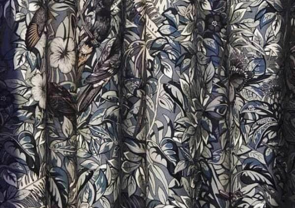 Tissus d'ameublement Jungle Life Imprimé, coloris graphite, 100 % twill de soie. Dessin Robert Dallet.