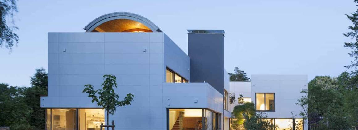 La Villa Wiese, à Berlin a pris le parti de l'Hi-Macs®, pour recouvrir cette bâtisse de style Bauhaus. Une évidence pour l'architecte Volker Wiese qui a équipé l'ensemble de la maison exclusivement de matériaux durables. La pierre acrycilique choisie - le Hi-Macs® FR (résistant aux flammes) de couleur Alpine White spécialement conçue pour une utilisation à l'extérieur - a été montée sous la forme d'une façade ventilée, avec la technique BWM par le fabricant de façades Kiebitzerg sur un cadre en aluminium. Puis les panneaux ont été fixés à la structure avec des chevilles à douilles invisibles. Le matériau composite offre de nombreuses possibilités en matière de design et d'esthétisme, pouvant se décliner en couleurs. Photographe Dirk Wihemy ©Hi-Macs