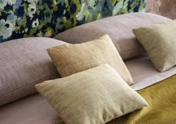 Collection In Wonderland, tête de lit modèle Monet inspiré d'une aquarelle sur papier. Fond en chenille de viscose et chaîne en coton, créant un effet strié singulier. Coloris jaune Napoli. Jeté modèle Trick, en viscose et coton, coloris Giallo.