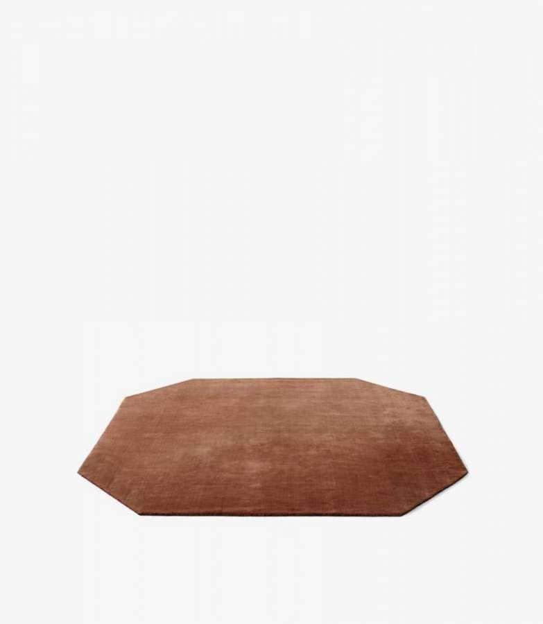 &tradition - The Moor Rugs - Le tapis se concentre sur la texture, la forme l'aplat et la profondeur de couleurs inspirées par All The Way To Paris. Teinte Rouge de bruyère, avec une légère touche brillante via le filage de 15 % de viscose et de 85 % de pure laine de Nouvelle Zélande. Tissé main. ©&tradition