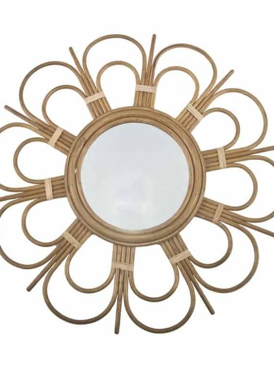 Daisy - Le miroir en rotin ajoute une touche vintage et exotique, sous couvert d'un motif floral. ©Bakker Made With Love