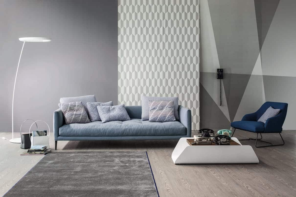 Coral et Blazer - Les assises imaginées respectivement par Sergio Bicego et Mauro Lipparini jouent sur les lignes gracieuses et un confort maximal. Le canapé se révèle polyvalent avec des structures d'angle et des poufs. En tissu ou en cuir souple, comme le fauteuil doté d'une base coulissante en métal verni. ©Bonaldo