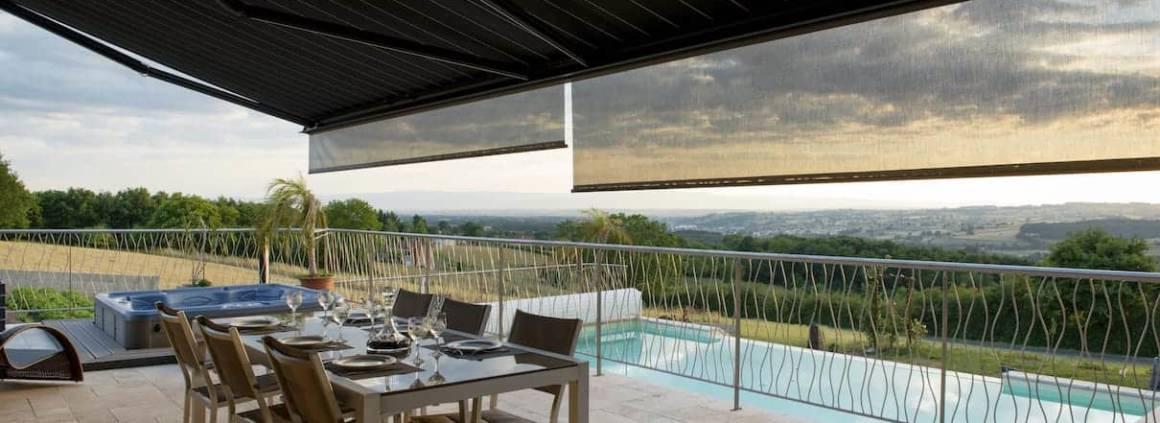 Le store banne Cerize c400, fabriqué par Coublanc, en Saône-et-Loire, propose une protection généreuse, pouvant couvrir près de 12 mètres linéaires. Avec une avancée maximum de 4 mètres selon la largeur choisie, vous protégez comme il se doit votre terrasse des rayons zénithaux, mais également rasants, avec les écrans latéraux fixes. Photographe Sabine Serrad. ©Coublanc