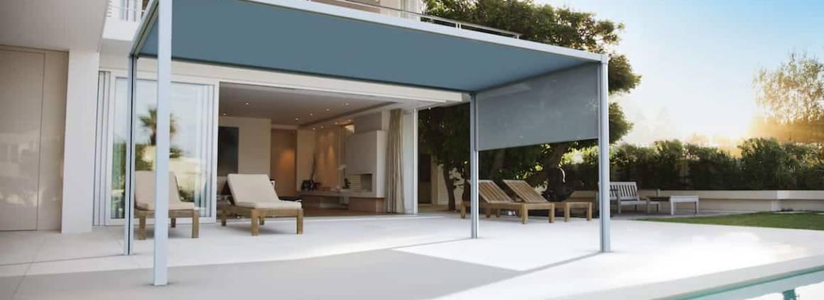 Les toiles Sunworker acrylique en version Opaque ou Cristal combinent sur la pergola autoportée, les avantages d'une toile ultra-protectrice en toiture et ajourée en panneaux horizontaux afin de bénéficier de la luminosité et du paysage. ©Dickson