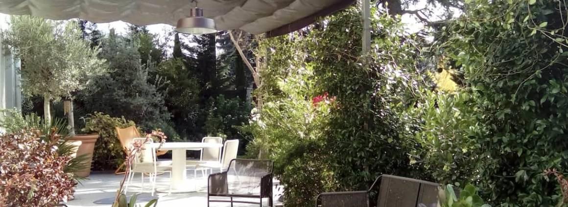 Exonido propose des solutions sur-mesure, comme cette ambiance bénéficiant des toiles rétractables dotées du tissu technique Soltis 92. Micro-aéré, il distille un ombrage particulièrement agréable et permet de protéger la terrasse de l'humidité ambiante. Conçue en deux panneaux, la pergola présente une excellente tenue au vent, contrairement aux stores ou aux parasols. ©Exonido