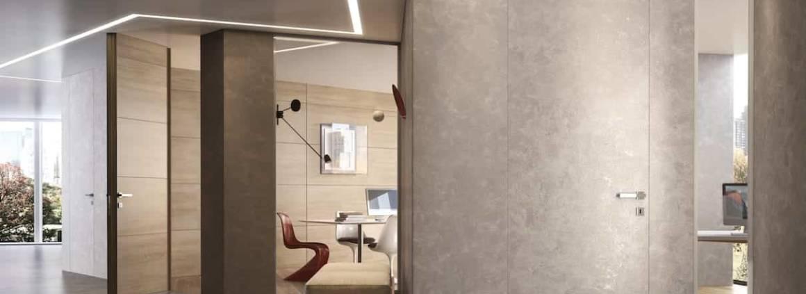 Garofoli rase littéralement les murs avec sa porte Filomuro en version Bilato. Grâce au châssis et au vantail de même épaisseur, la porte offre une parfaite planéité bilatérale. Un système qui permet un maximum de liberté, disponible dans les finitions laquées blanc, tous les coloris RAL, en bois dans différentes essences ou à peindre. ©Garofoli