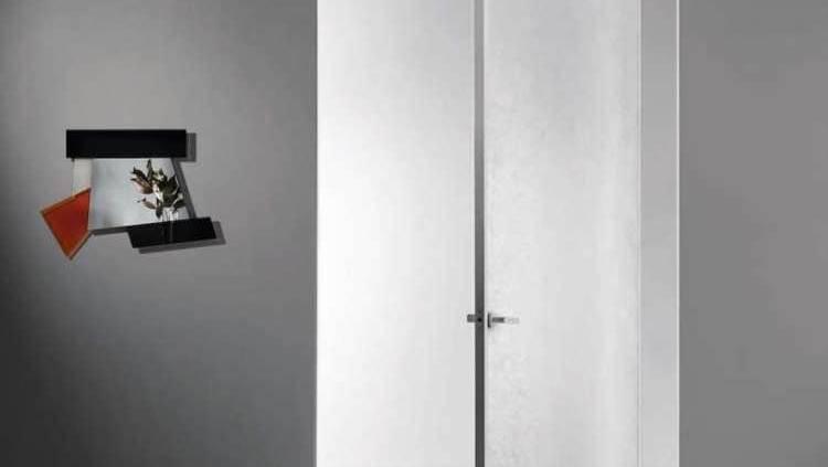 La porte pivotante sur-mesure née de l'imaginaire du designer Piero Lissoni et du fabricant Glas Italia, épouse la cloison. Dans sa version mono, elle présente un verre trempé monolithique de 6 mm. Lorsqu'elle est fermée, son cadre en aluminium disparaît pour se fondre dans le décor, avec à la clef un large panel de finitions et de couleurs. ©Glas Italia
