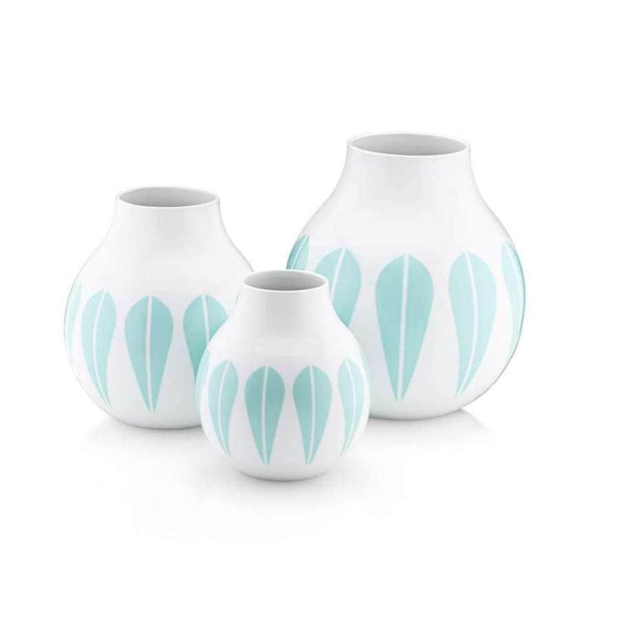 Lucie Kaas - Lotus - Lucie Kaas revisite le design scandinave des années 60, avec le motif Lotus de Arne Clausen. Elle le décline aujourd'hui en une série de vases, disponibles en trois tailles, en porcelaine. ©Lucie Kaas