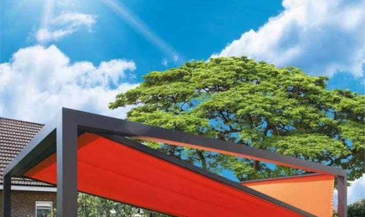 La pergola en toile Kub joue sur une esthétique inclinée et un store vertical frontal, pour mieux apprivoiser la luminosité et la chaleur, tout en bénéficiant de la vue. En option un système d'éclairage. ©Marquises