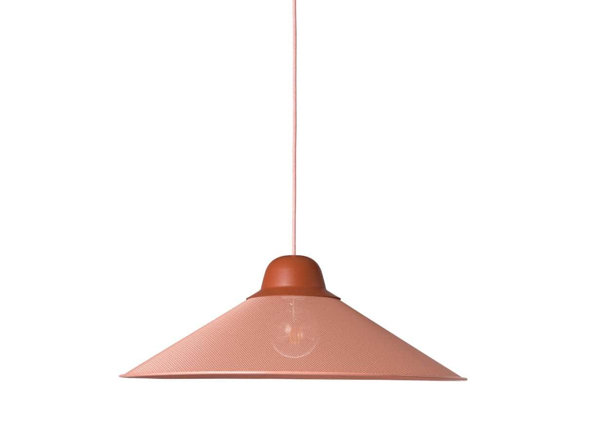 Petite Friture - Aura - Avec une seule ambition « sculpter » la lumière, la suspension assoit sa légèreté dans une forme simple, maillée d'une fine trame métallique. 2 dimensions. Coloris Terracotta. ©Petite Friture