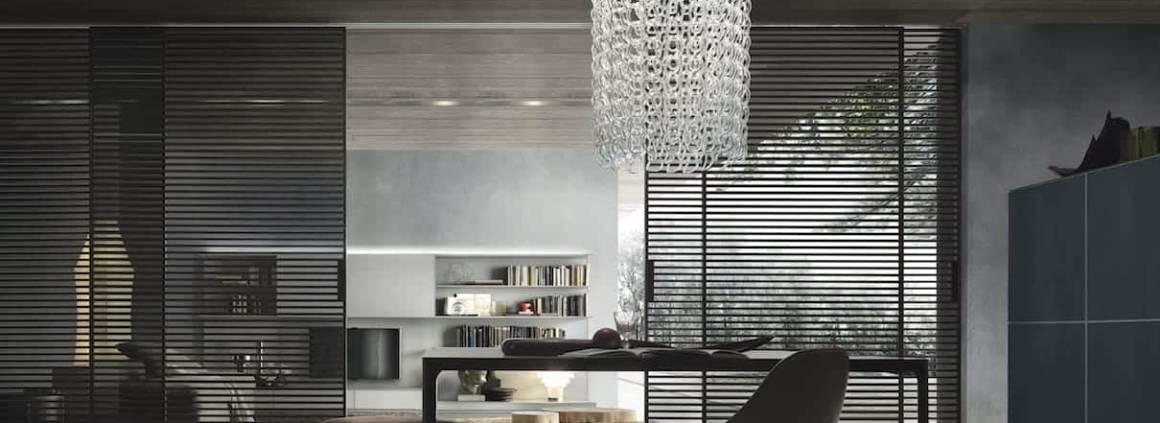 Rimadesio consacre les parois coulissantes au rang de meuble à part entière. Les portes bifaciales Stripe, en aluminium, designées par Giuseppe Bavuso, glissent avec élégance, grâce aux traverses en aluminium sur les deux faces. Elles révèlent une nouvelle interprétation de la lumière comme un élément structurel du décor.. ©Rimadesio