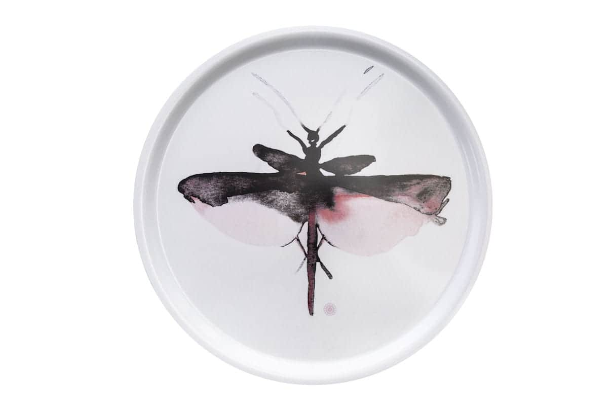 Rosanna Spring - Loves les p'tites bêtes - La designer Aurélie Richard décline les libellules, phasmes et scarabées sur les tissus et plateaux de 42 cm, en coloris rose chamallow, pour la marque lyonnaise. ©Rosanna Spring -
