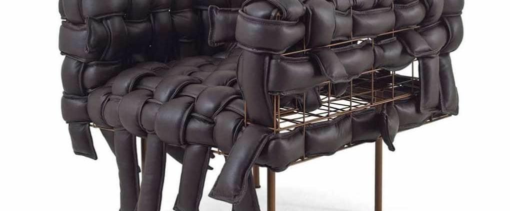 A Lot of Brasil, Underconstruction - Ce fauteuil témoigne de la volonté de Pedro Franco de valoriser le fait main au coeur du processus industriel. Une interactivité avec l'utilisateur dans le tressage du cuir naturel qui habille ou déshabille le cadre métallique. Existe en version canapé. ©A Lot of Brasil
