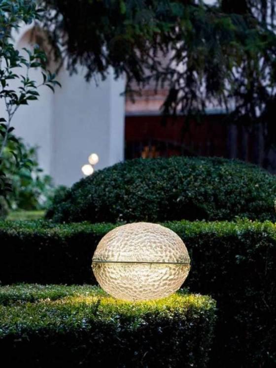 Architettura Sonora et Catellani & Smith - Catellani & Smith, maître dans les luminaires haute de gamme, s'est associé à la marque spécialisée dans le son outdoor Architettura Sonora, pour créer Médousé, un luminaire non conventionnel intégrant une enceinte audio ! Un bijou composé de deux hémisphères en verre superposés. ©Architettura Sonora