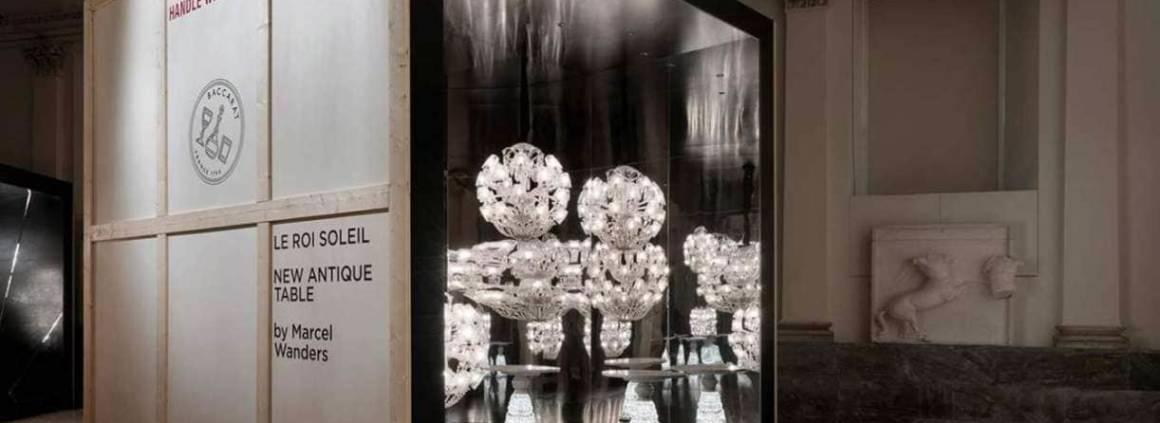 Scénographie Lumières Out of The Box by Baccarat présentée à l'Accademia di Brera. Box le Roi Soleil - New Antique Table. Réinterprétation du lustre Zénith, en cristal. Version renversante du vase New Antique, tête à l'envers, surmontée d'un plateau en marbre blanc, pour devenir un guéridon lumineux. ©Baccarat
