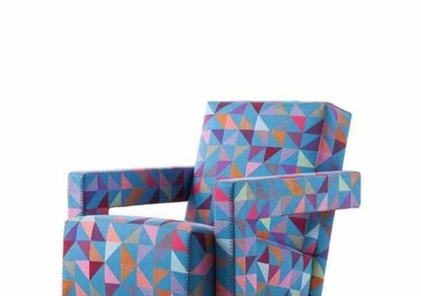 Cassina, Utrecht - L'iconique fauteuil de Gerrit T. Rietveld revêt un nouveau tissu jacquard en trois versions exclusives. BoxBlocks se compose de 8 fils de couleurs tissés deux à la fois sur un modèle pour créer 19 possibilités différentes. Design Bertjan Pot. ©Cassina