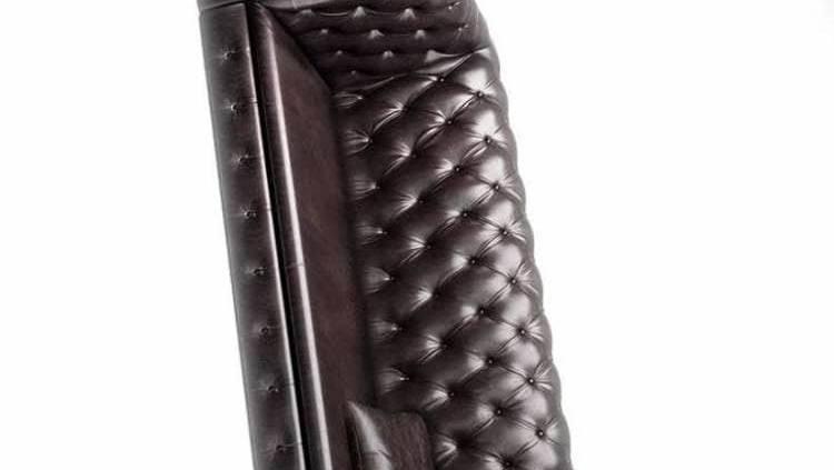 Moooi, Charleston Chair - Réinterprétation décalée du traditionnel fauteuil d'angle en cuir style Chesterfield, transformée en fauteuil. Design Marcel Wanders. Présentée sur une scénographie hors norme de 1700 m2, via Savona. ©Moooi -