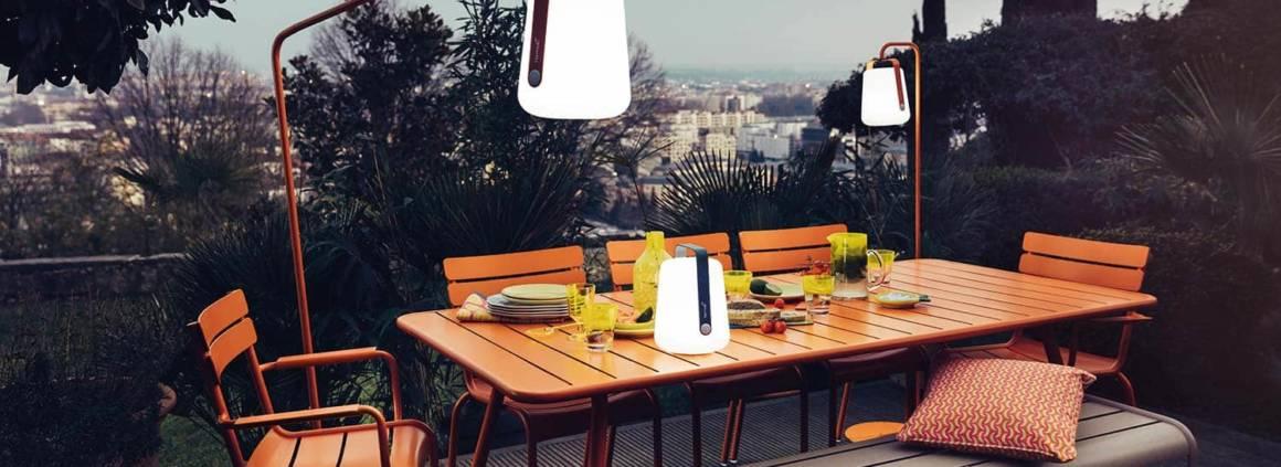 Fermob - Première lampe de la marque spécialisée outdoor : Balad, en version LED à poser ou à suspendre pour devenir un lampadaire. À emporter partout. Jusqu'à 12h d'autonomie. Design Tristan Lohner. ©Fermob