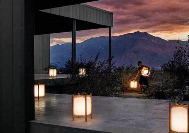 Gloster - Lanterne LED extérieure Voyager, sans fils. Diffuseur en polyéthylène et structure en teck. Design Henrik Pedersen. ©Gloster