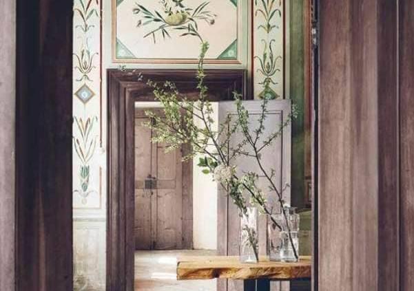 Inulivo, Tavolo 2 - Table massive extraite de troncs d'olivier âgés de plusieurs siècles, qui ont achevé leur existence. Épaisseur de 7 cm, et envolée linéaire de 3 mètres. Structure en métal verni. ©Inulivo