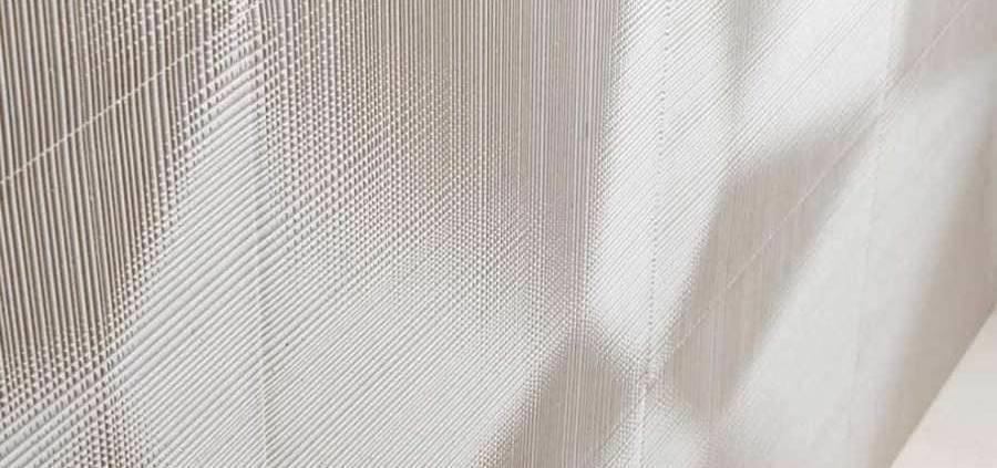 Pierre tissée - Marque satellite du marbrier Lithos, Lithos Design Domino propose une gamme de revêtements en marbre réalisée avec des délais de fabrication rapides. La première collection Cesello porte la signature du designer Raffaello Galiotto. Le modèle khadi s'inspire de la chaîne du Khadi, le tissu d'artisanat typique de coton indien. ©Lithos Design Domino