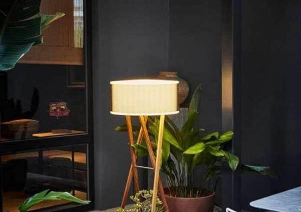 Marset – Le lampadaire Cala distille une lumière chaude, inspirée des chevalets. Son diffuseur se pare de polyéthylène filtrant la lumière. Disponible en 140, 165 et 180 cm, en version suspension ou à poser. ©Marset