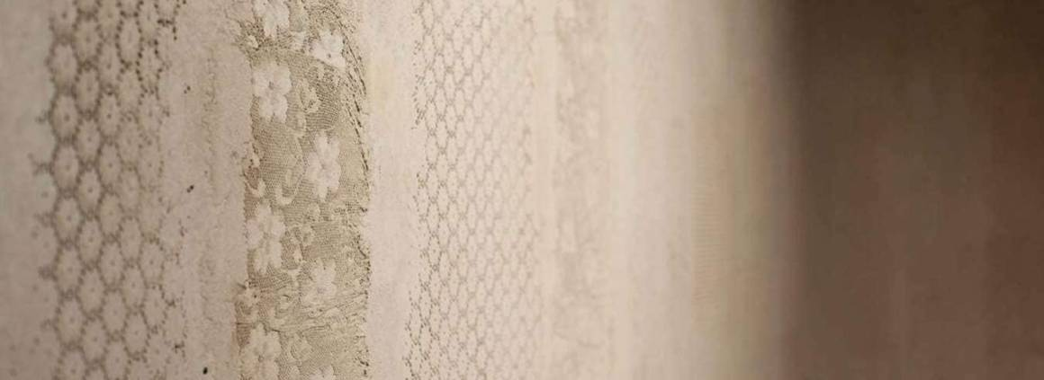 Terre d'inspiration - Composé de minéraux d'argile, ce revêtement est magnifié par le savoir-faire de Matteo Brioni. Ces décors artistiques sont littéralement chargés d'émotions, réalisés par la main raffinée d'artisans, directement sur les surfaces ou sur panneaux. Des textures hautes en relief, comme imprimées sur la terre. ©Matteo Brioni