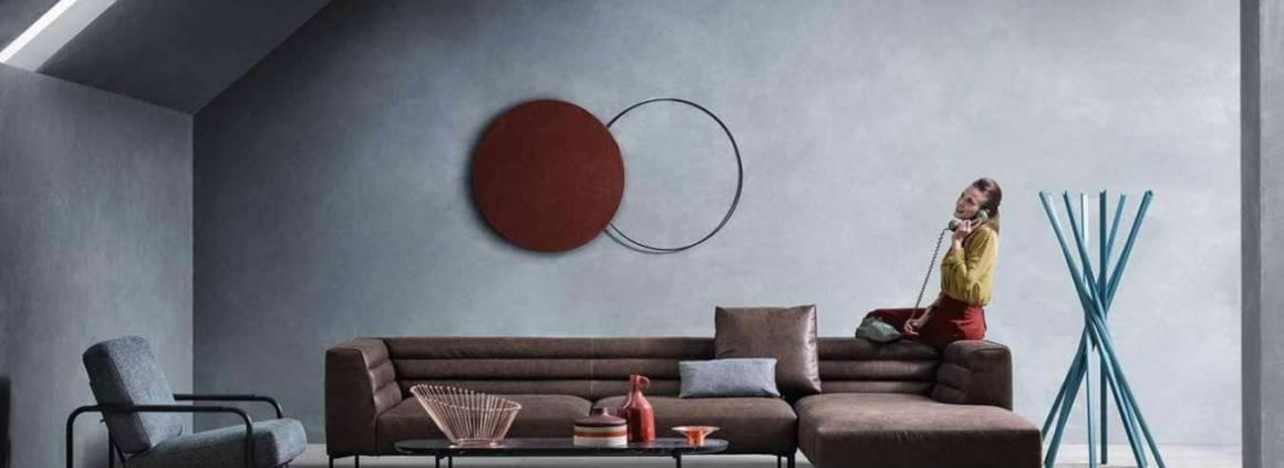 Ambiance présentant le canapé monobloc composable et pouf dotés d'une structure en acier recouvert en cuir sellier pigmentato 90. ©Zanotta
