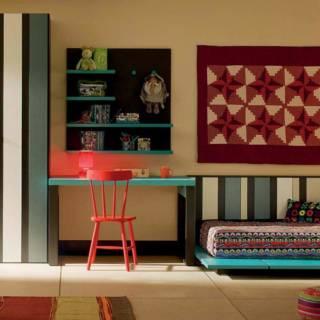 Univers personnalisable aux consonances méditerranéennes, avec lit tatami Anime, avec lames verticales de de différentes largeurs et épaisseurs, un petit bureau avec étagère suspendue, armoire avec portes AV. ©Lagrama
