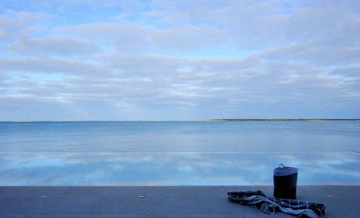 Piscine miroir avec vue sur le Cap Ferret. Réalisation Ikone® - Photographe Erick Saillet
