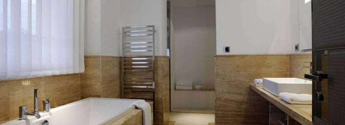 Salle de bains avec revêtement en marbre fossilisé et flammé. Réalisation Ikone® - Photographe Erick Saillet