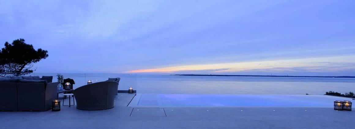 Vue panoramique sur la terrasse de la piscine miroir Réalisation Ikone® - Photographe Erick Saillet