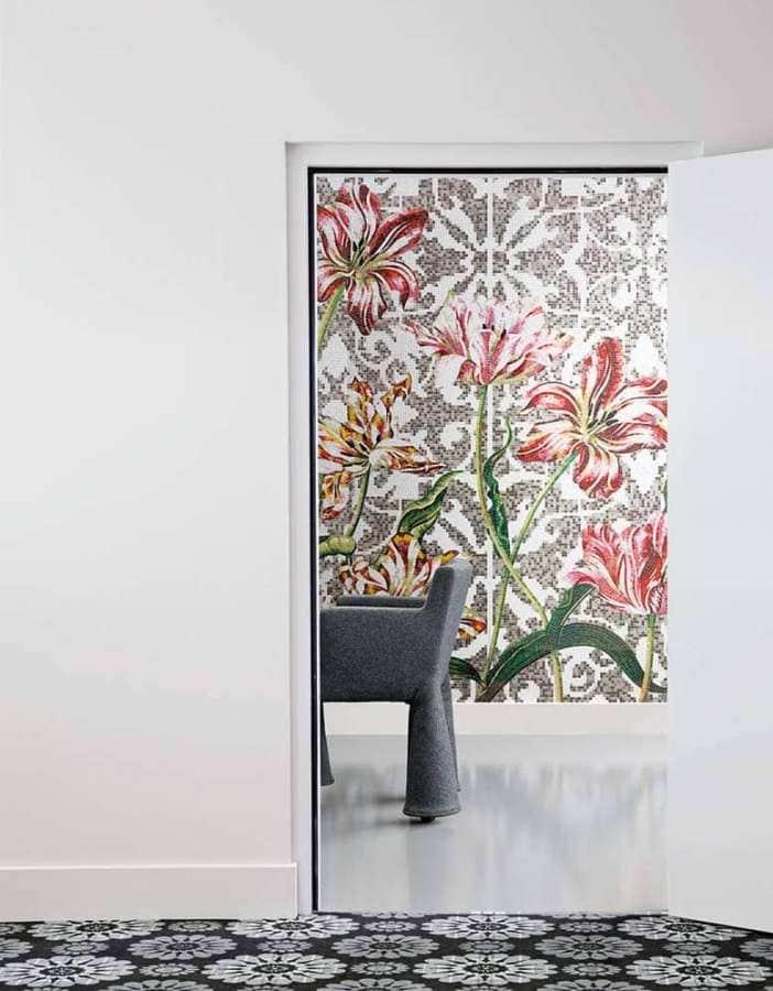 Tulips Grey, mosaïque de verre, entièrement à la taille, placée une à une pour suivre le dessin.
