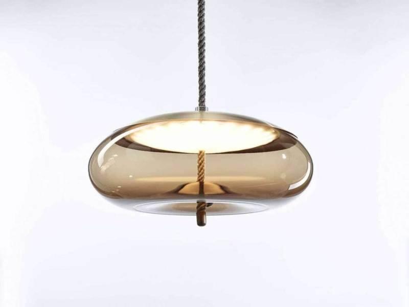 Brokis, Knot – Lampe à suspendre en fibres naturelles et verre soufflé à la main, lisse translucide. Embouten laiton. 4 tailles.