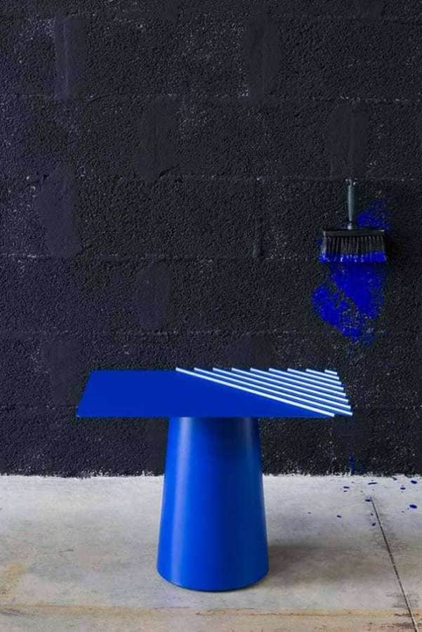 Matière Grise, Wind Table basse dessinée par Victoria Wilmotte, avec plateau plissé comme un tissu. En acier. H 40,9 cm.