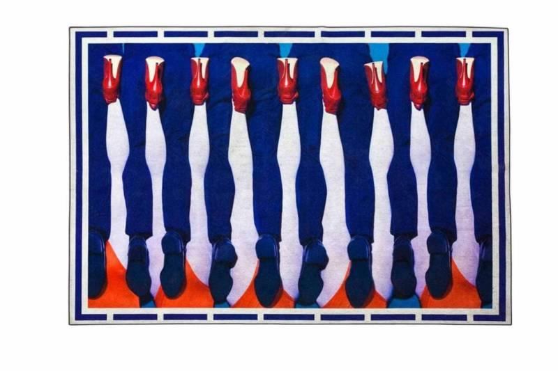 Seletti wears Toiletpaper, Legs – Tapis reprenant les visuels du magazine déjanté Toiletpaper, créé par Maurizio Cattelan et Pierpaolo Ferrari. 194 x 280 cm.