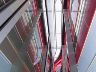 Bâtiment miroir de 24 000 m2, dédié à l'Écurie Ferrari, développé sur 3 niveaux avec les ateliers et laboratoires, les bureaux techniques, les espaces de représentation et de communication. Réalisation Wilmotte & Associés. Photographe Milène Servelle