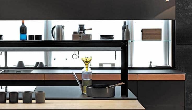 Le Air Logica System intégré sur le nouveau modèle Genius Loci n'est pas seulement un concept de cuisine mais également une véritable solution interactive. Son but : redéfinir l'ergonomie. Cette crédence tout simplement innovante permet d'exploiter l'intégralité de la profondeur et de dissimuler le moindre ustensile et accessoire, via des bacs amovibles personnalisables : un égouttoir, un porte-bouteilles, des prises électriques... Cette surface supplémentaire démultiplie l'espace. Dotée du V-Motion kit, le système d'ouverture intellligent permet de manier la paroi coulissante, ultra maniable avec un simple mouvement de main. Genius Loci Design Gabriel Centazzo. ©Valcucine