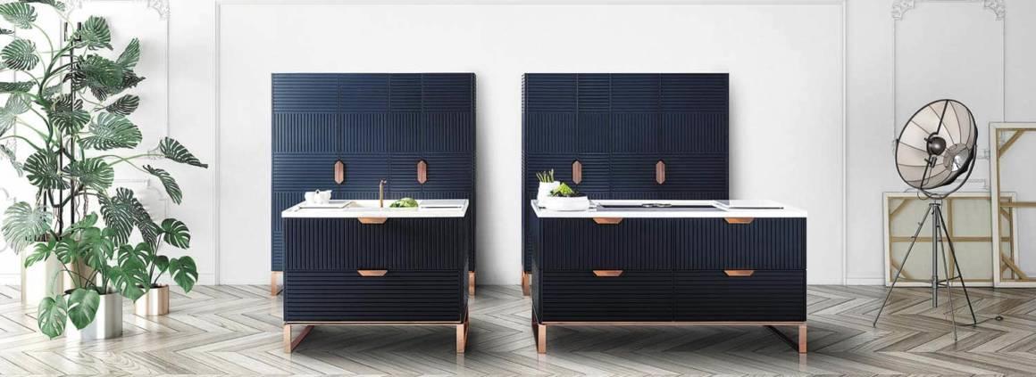 La cuisine Miuccia de la gamme Lab Collection réinterprète la cuisine avec son bois bleu profond, son cuivre rose et sa pierre de Pirgon. Elle prône la discrétion allant jusqu'à dissimuler l'évier sous un panneau coulissant, avec un robinet escamotable. À l'intérieur de son antre, la cuisine vise l'optimisation avec un grand nombre de rangements. Design Ruadelpapavero Creative Studio. ©TM Italia