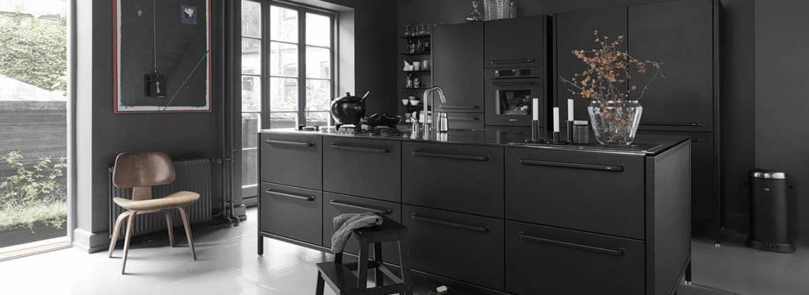 La cuisine intemporelle Vipp s'inscrit dans la finition et l'acier inoxydable. Trois modules lui permettent de composer à volonté : l'armoire, l'élément mural et l'îlot. Le plan de travail se distingue par une épaisseur de 4 mm valorisée par une surface brossée et polie sur les bords. Les façades peintes par poudrage et l'intérieur des rangements s'équipent de caoutchouc en silicone souple pour ranger aisément. ©Vipp