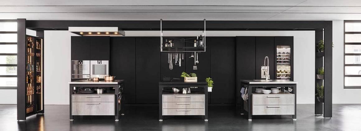 Le concept Work's vous invite à vous mettre dans la peau d'un chef. La fonctionnalité est à l'honneur et sophistique l'ensemble de l'espace. Summum de la finition et de l'éloge des matériaux, la version en verre black stripes souligne la prestance des façades en placage chêne. La façade linéaire quant à elle accueille un rangement millimétrique, de quoi multiplier les ustensiles. Somme toute, la cuisine d'atelier poussée à l'extrême. ©eggersmann