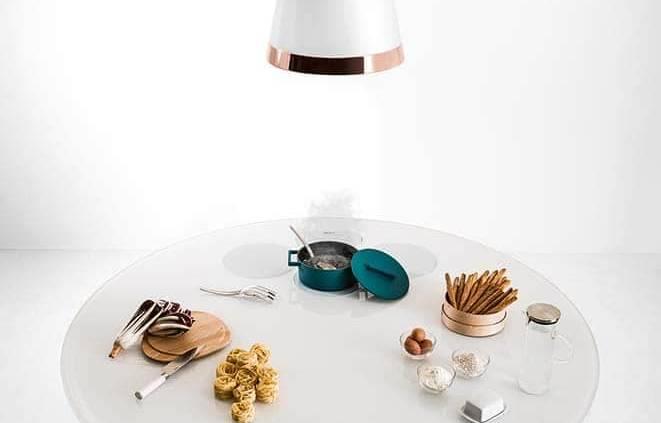 Le concept Air matérialise la convivialité au sein de l'espace culinaire. Nous revenons au classique : la famille attablée autour du repas, mais avec une petite variante ! En effet, cette proximité, tant recherchée, de cuisiner près de ses amis est bien réelle. Tour à tour table, îlot ou plan de travail, Air se dote d'une table de cuisson à induction intégrée. Il sait en prime se faire discret, via ses pieds en verre transparents. Disponible en différentes dimensions et en deux matériaux : en verre brillant de 1 cm ou en bois de chêne de 8 cm, cette douceur tout en rondeur s'adapte. ©Lago