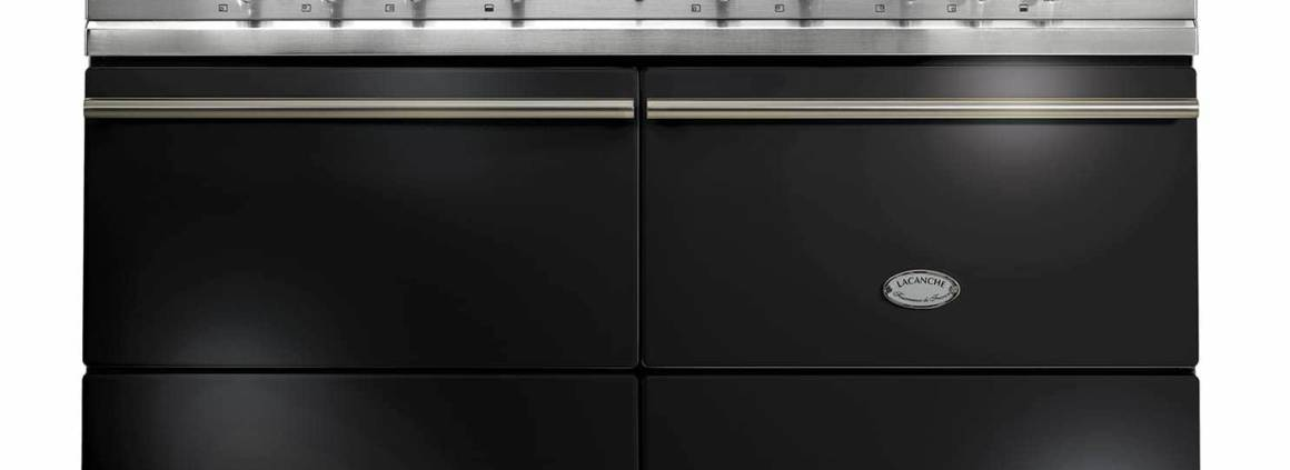 Lacanche, Sully - Piano de la gamme Modern, avec un four gaz et un four électrique multifonction de grandes dimensions, coloris émail noir finition chrome brillant. Table de cuisson avec deux foyers induction ou plancha électrique, 5 feux vifs gaz. L 140,5 x H 93 x P 65 cm. ©Lacanch