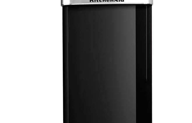 KitchenAid, Iconic Fridge - Réfrigérateur au look rétro style années 50 avec finition inspirée du robot Artisan. Carrosserie en métal et poignée en chrome. 221 litres, système LED, technologie Pro Air System. ©KitchenAi